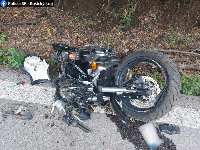 Motorkár prilbou zachytil spadnutý strom, utrpel zranenia nezlučiteľné so životom (foto)