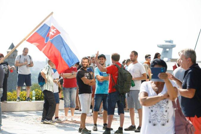 Polícia pri zabezpečovaní protestu pred parlamentom zlyhala, Pčolinský žiada vysvetlenie od Kovaříka