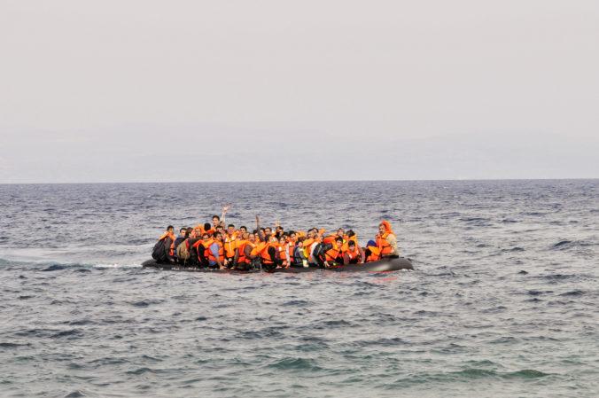 V Egejskom mori prebieha záchranná akcia, loď so 45 migrantmi sa začala potápať
