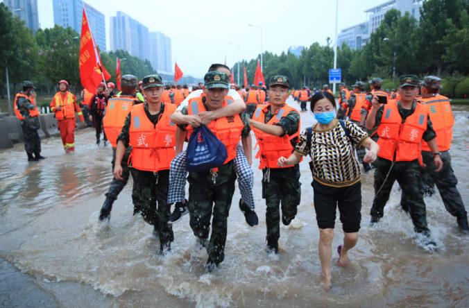 Záplavy v meste Čeng-čou majú na svedomí už 51 ľudí, niekoľko z nich zahynulo v metre (video)