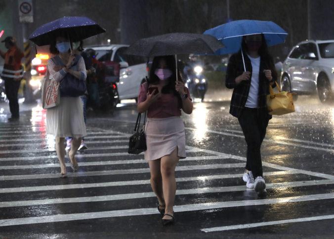 K Číne mieri tajfún In-fa, na východe krajiny zrušili lety a lode musia opustiť oblasť