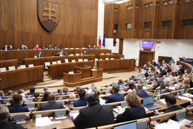 Mimoriadna schôdza parlamentu pokračuje, poslanci prerokujú aj využitie COVID pasov