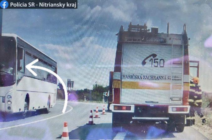 Vodičovi autobusu sa vypomstilo nakrúcanie nehody motorkára, polícia mu udelila pokutu (foto)
