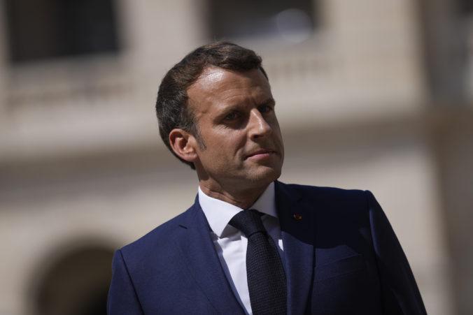 Francúzsky prezident Macron vyzval na jednotu a masové očkovanie v boji proti koronavírusu