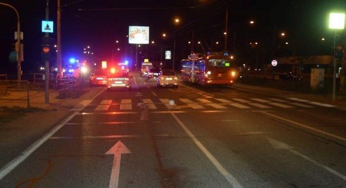 Pri bratislavskom cintoríne zrazilo auto mladú ženu, utrpela mnohopočetné zranenia (foto)