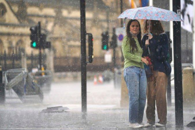 Prívalové dažde zaplavili domy aj metro v Londýne, nemocnice nemôžu prijať pacientov pre povodeň