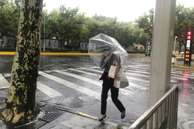 Šanghajom sa prehnal tajfún In-fa, lejaky zaplavili cesty a silný vietor vyvracal stromy