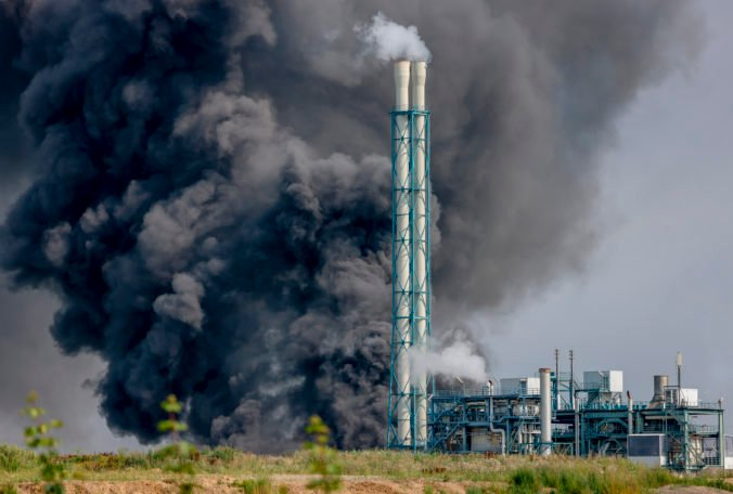 Chemickými závodmi v Nemecku otriasol výbuch, na mieste zasahujú hasiči (video)