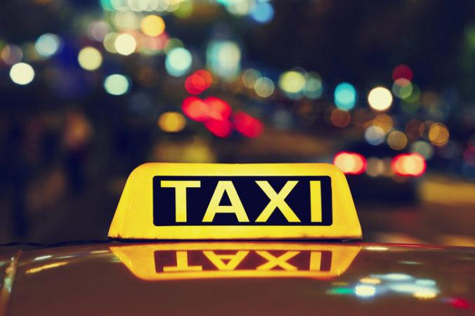 Nespokojný zákazník napadol v Bratislave taxikára, suma za jazdu sa mu zdala privysoká