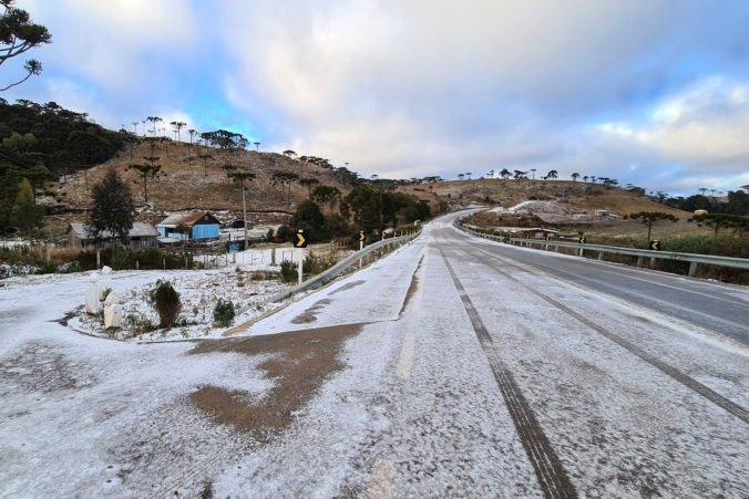 Juh Brazílie prekvapilo výnimočne chladné počasie, uprostred leta tam nasnežilo (video)