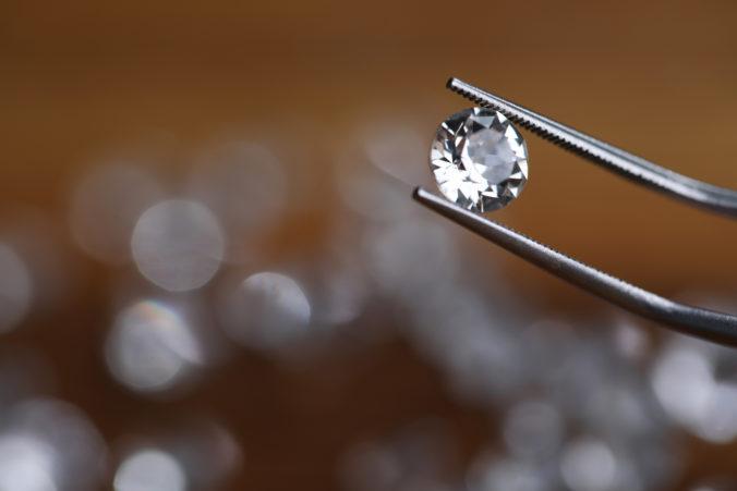 Páchateľku krádeže diamantov za viac než štyri milióny libier poslal súd na päť a pol roka za mreže