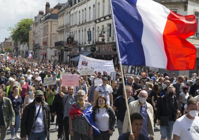 Vo Francúzsku sa opäť protestuje proti pandemickým opatreniam, na muške sú aj covid pasy