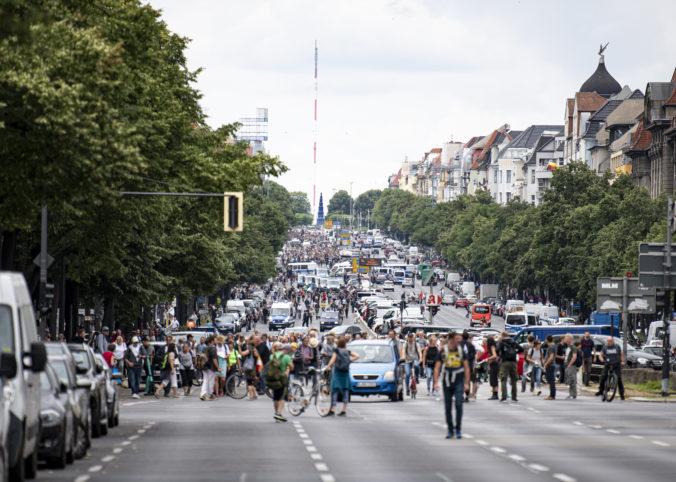 V Berlíne protestovali tisícky Nemcov proti opatreniam, polícia zadržala približne 600 demonštrantov
