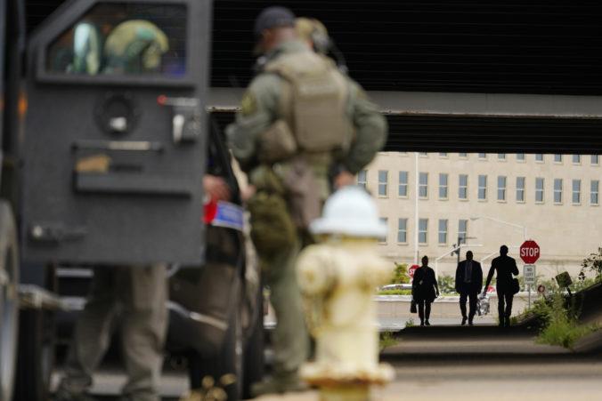 Neďaleko vchodu do amerického Pentagonu došlo k streľbe, hlásia viacero zranených