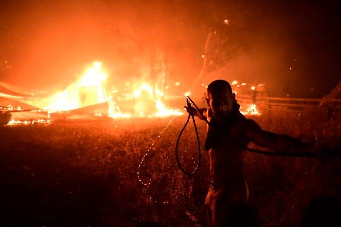 Grécko bojuje s mohutnými lesnými požiarmi, z predmestia Atén ušli z domovov tisíce ľudí (foto)