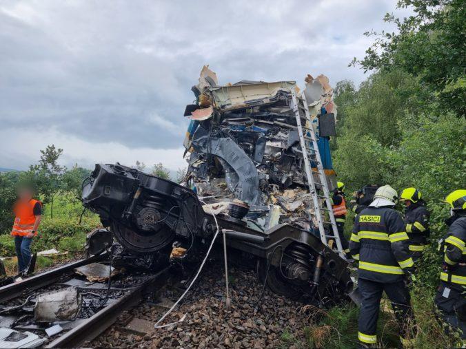 Pri obci Milavče sa zrazili expres a osobný vlak, dvaja ľudia zomreli a desiatky sú zranené