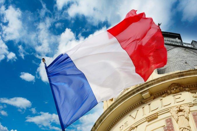 Francúzi sa od pondelka musia preukazovať covid pasmi, súd schválil aj povinné očkovanie zdravotníkov