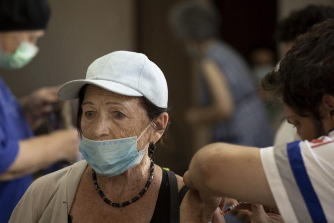 Izrael eviduje silný dopyt po tretej dávke vakcíny proti koronavírusu, stúpajú počty hospitalizovaných