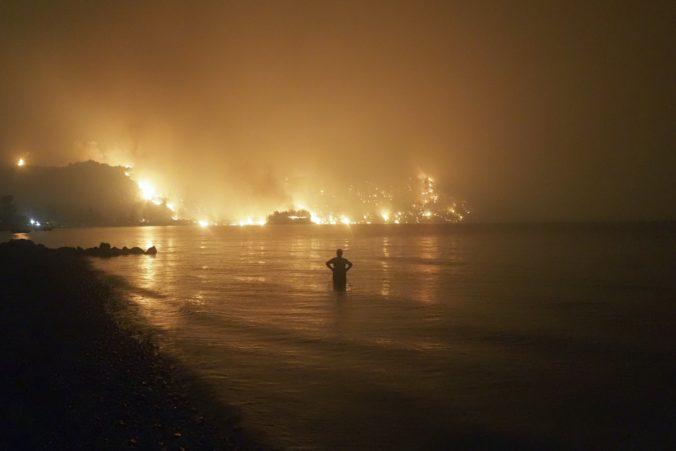 Lesné požiare v Grécku najhoršie zasiahli ostrov Eubója, ľudia sú bez elektriky aj tečúcej vody (foto)