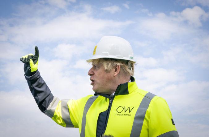 Uhlie musí ustúpiť čistejším zdrojom energie, správa vedcov o otepľovaní je pre Johnsona vytriezvením