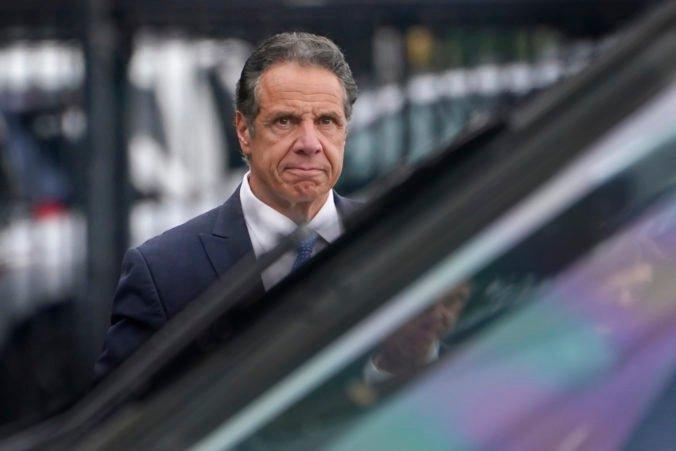 Guvernér New Yorku rezignoval, na krku má obvinenia zo sexuálneho obťažovania