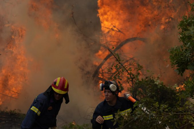 Na gréckom ostrove Eubója sa nedarí dostať oheň pod kontrolu, premiér sa ospravedlnil za zlyhania (foto)