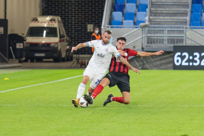 Slovan po chybe brankára Šullu iba remizoval, ale cez Lincoln postúpil do play-off Európskej ligy