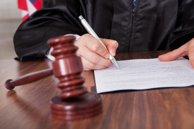 Súd vyhovel žiadosti prokurátora a Sheile, ktorá podpálila korán, uložil psychiatrickú liečbu