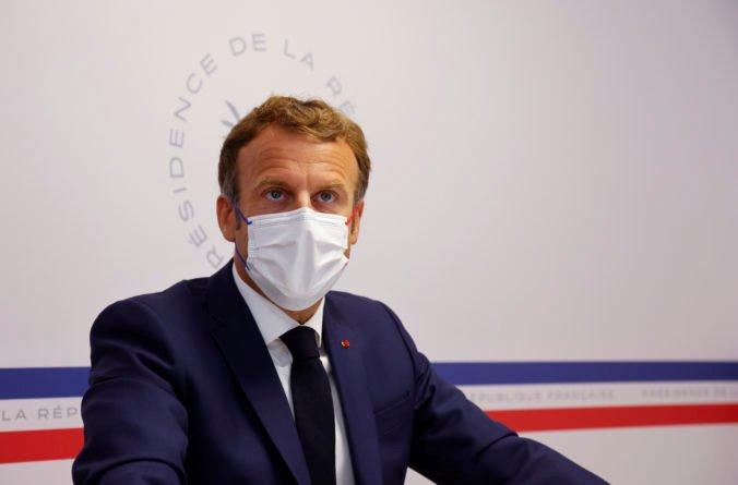 Francúzsky prezident Macron nalieha na očkovanie, vírus je stále prítomný