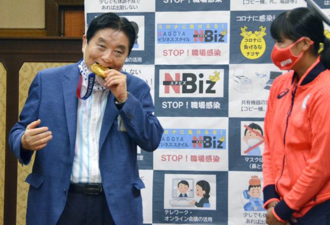 Japonskej softbalistke dajú novú zlatú medailu, do cenného kovu sa jej zahryzol starosta Nagoje