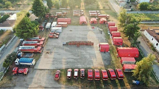 Slovenskí hasiči chránia v gréckej Avgarii dôležité objekty, pri hasení im pomohol aj krátky dážď (video+foto)