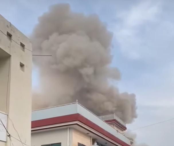 V závode na výrobu zbraní nastala veľká explózia, výbuch zabil najmenej troch zamestnancov (video)