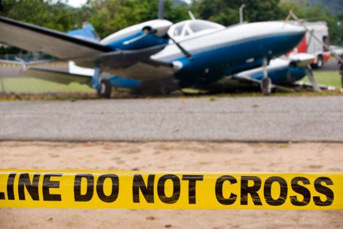 Malé lietadlo sa zrútilo na zem, pri nehode zahynul muž so ženou (video)