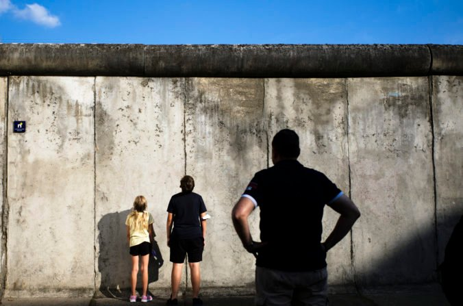 Pred 60 rokmi začali stavať Berlínsky múr, Nemecko rozdelil na dve časti (video)