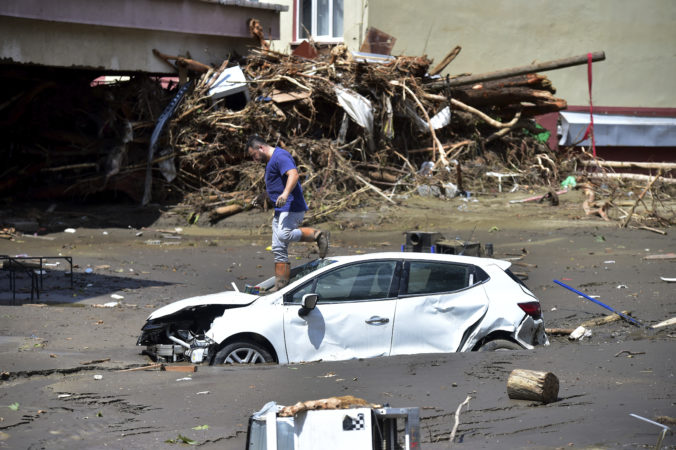 Počet obetí povodní a zosuvov pôdy na čiernomorskom pobreží v Turecku stúpol na štyridsať