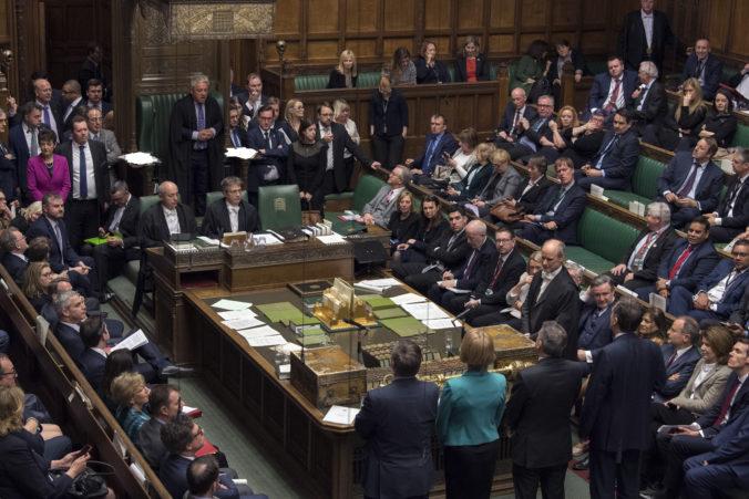 Britskí poslanci ukončia svoje dovolenky a v parlamente budú diskutovať o situácii v Afganistane