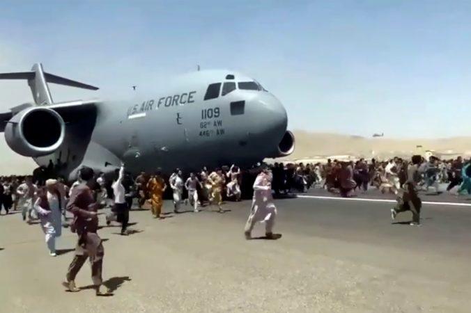 Zúfalí ľudia sa snažili z Kábulu dostať na boku lietadla, chaos si vyžiadal ľudské životy (video)