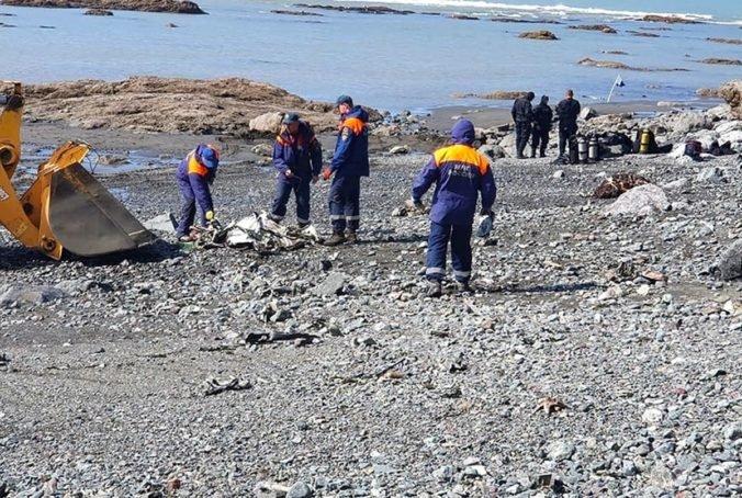 Ruskí záchranári našli telá ôsmich obetí havárie vrtuľníka na Kamčatke, niektoré sa už podarilo vytiahnuť