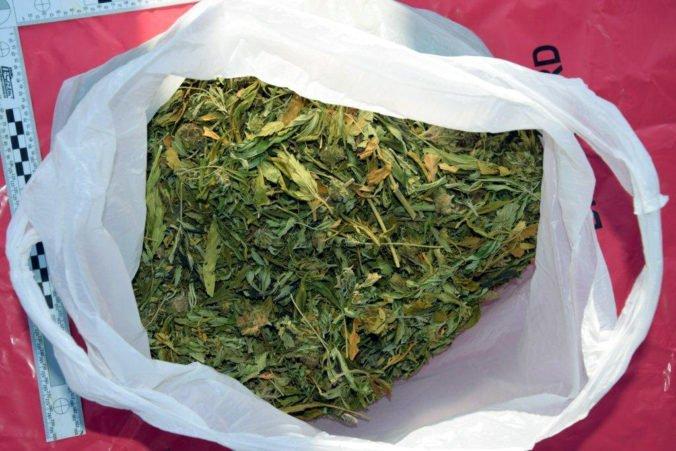 Polícia našla na palube lode takmer tri tony marihuany, počas naháňačky skončila časť nákladu v mori