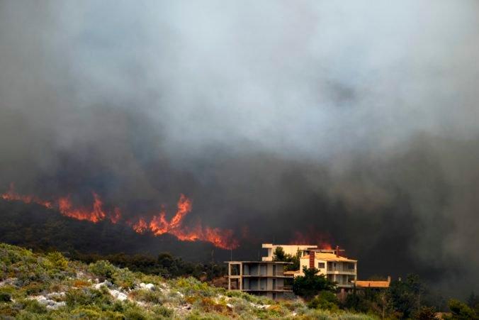Veľký lesný požiar vyčína severozápadne od Atén, hasiči s ním bojujú už tretí deň