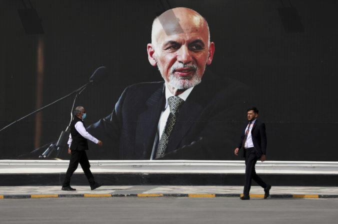 Afganský prezident Ghaní opustil krajinu, aby zabránil krviprelievaniu. Vykradnutie štátnej kasy odmieta