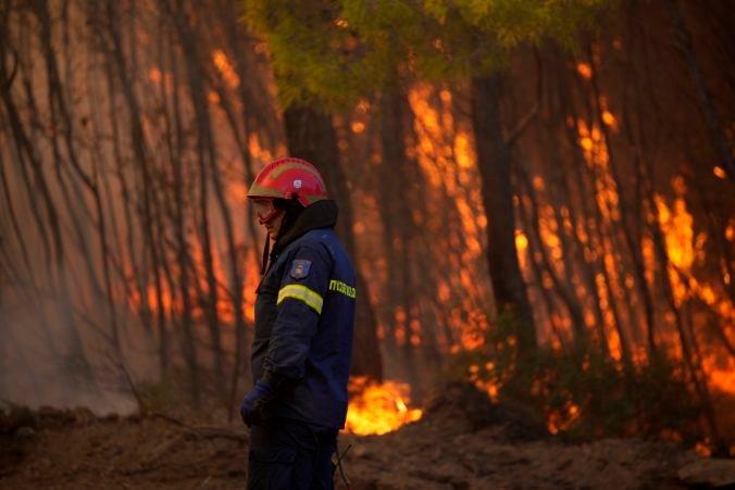 Grécke lesy stále horia, s požiarmi bojujú stovky hasičov a pomocnú ruku podali aj Poliaci