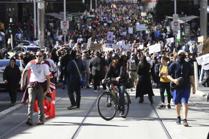 Austrálčania majú už lockdownov po krk, počas protestov polícia zatkla stovky ľudí