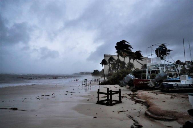 Karibským pobrežím Mexika sa prehnal hurikán Grace, mal rýchlosť vetra až 205 km/h (video)