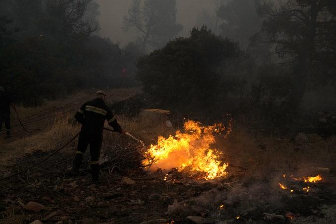 Na gréckom ostrove Eubója vypukol ďalší lesný požiar, bojujú s ním desiatky hasičov