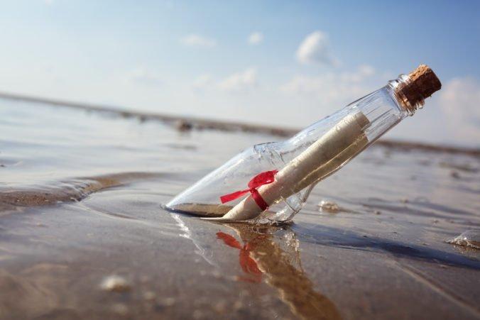 Žena našla na pláži správu vo fľaši, do Walesu priplávala z tisícky kilometrov vzdialenej Kanady (video)