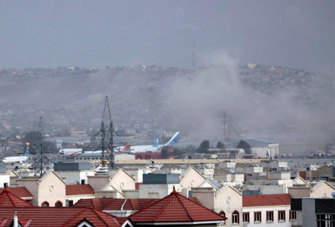 Letiskom v Kábule otriasla explózia, zahynuli najmenej dvaja ľudia a ďalší sú zranení (video)