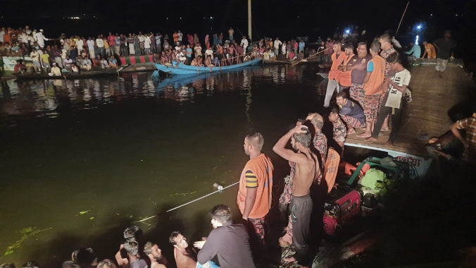 Loď s viac ako sto pasažiermi na palube sa po zrážke potopila, hlásia mŕtvych aj nezvestných