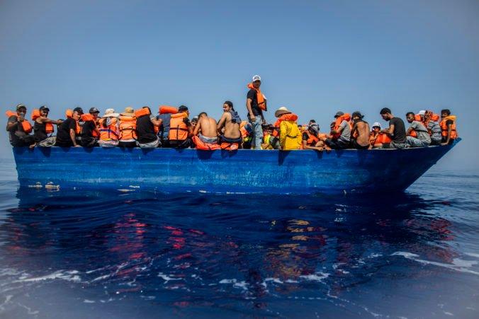 Taliani zachránili zo schátranej lode stovky migrantov, niektorí mali jazvy po mučení