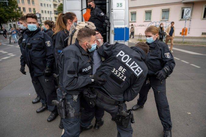Tisíce Nemcov protestovali v Berlíne proti pandemickým opatreniam, ľudia prišli napriek zákazom